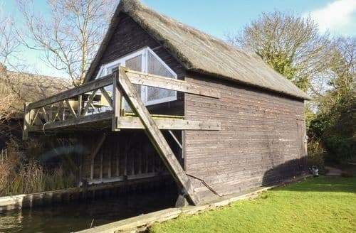 Last Minute Cottages - Cygnus Boathouse