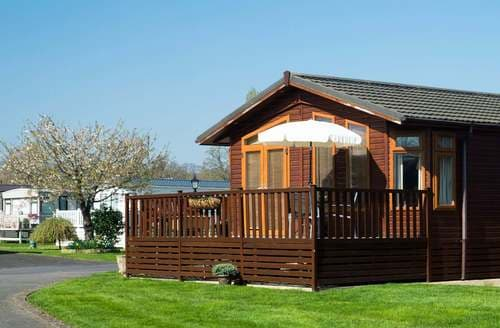 Last Minute Cottages - Beautiful Snitterfield Lodge S84940