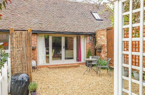 Last Minute Cottages - Beautiful Tiddington Cottage S127584
