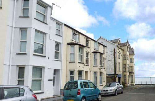 Last Minute Cottages - Cosy Criccieth Apartment S41084