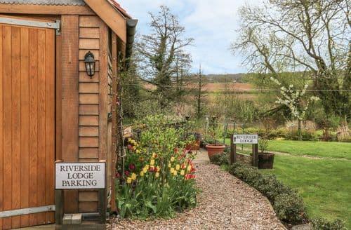 Last Minute Cottages - Riverside Lodge