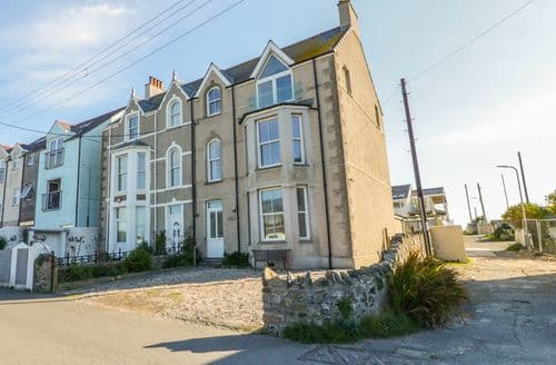 Last Minute Cottages - Ground floor flat at Wylfa