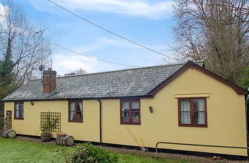 Last Minute Cottages - The Reading Room