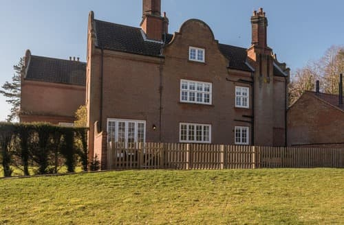Last Minute Cottages - Apt 2, Gresham Hall