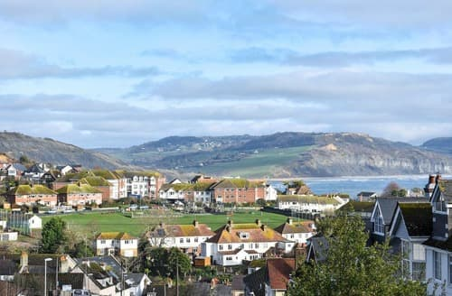 Last Minute Cottages - Lovely Lyme Regis Apartment S137708