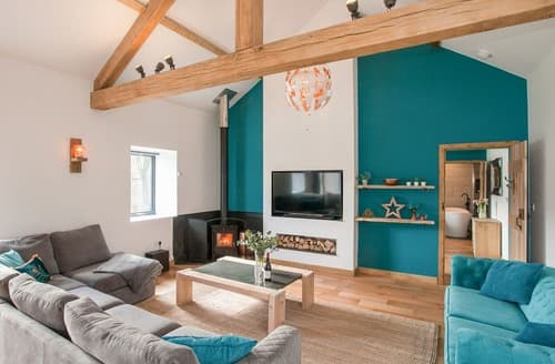 Last Minute Cottages - The Pendre Longbarn