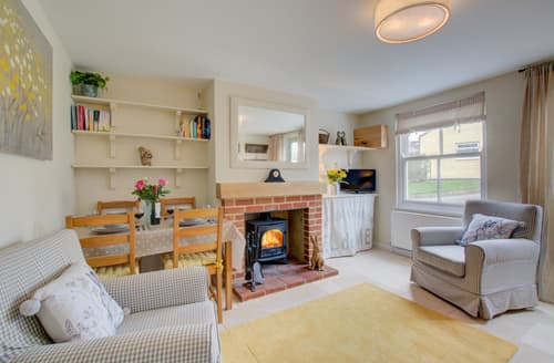Last Minute Cottages - Attractive Castle Acre Cottage S140726