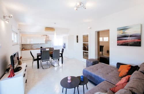 Last Minute Cottages - Apartment Levant
