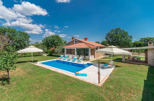 Last Minute Cottages - Beautiful Villa Ruza with Pool in Peaceful and nice Landscaped Garden