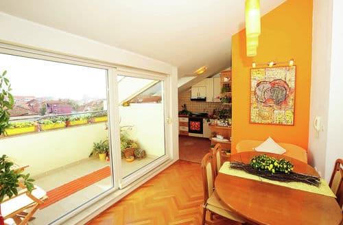 Last Minute Cottages - Apartment La Boheme