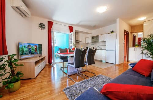 Last Minute Cottages - Red rainbow apartment