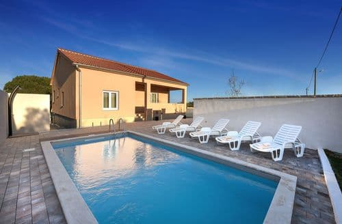 Last Minute Cottages - Holiday house Luka