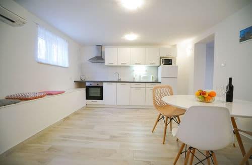 Last Minute Cottages - Apartment Ana