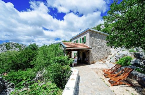 Last Minute Cottages - Stone house Dobroselo
