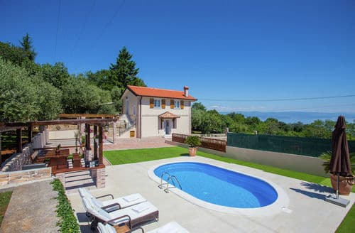 Last Minute Cottages - Villa Olive with pool and sea view