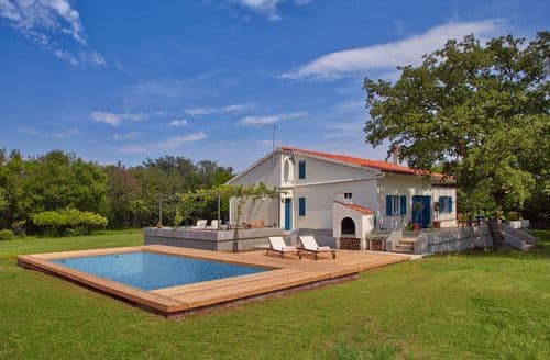Last Minute Cottages - Unique Villa Majavec with Large Garden and Pool