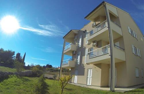 Last Minute Cottages - Apartment Premantura B