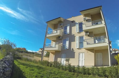 Last Minute Cottages - Apartment Premantura D