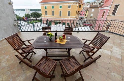 Last Minute Cottages - Apartment Complex Nino Rovinj \/ Apartment Nino with Terrace on the Rovinj Promenade