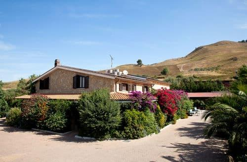 Last Minute Cottages - Al Lago