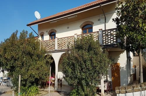 Last Minute Cottages - Ulivo