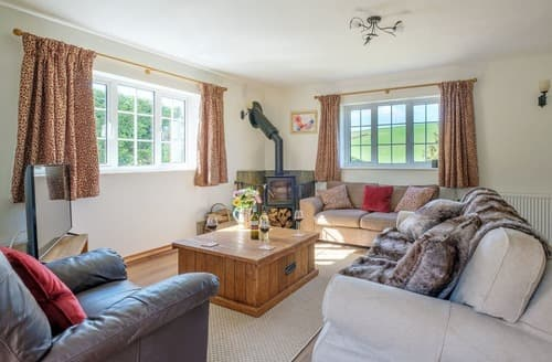 Last Minute Cottages - Cosy Bowcombe Cottage S162521