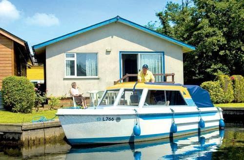 Last Minute Cottages - Charming Wroxham Lodge S109638