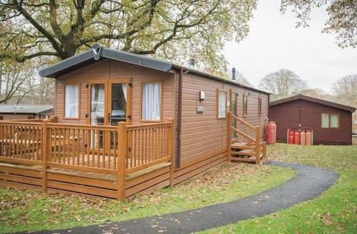 Last Minute Cottages - SI 3 Bed Gold Caravan Lodge Pet