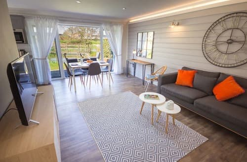Last Minute Cottages - Lovely Rookley Village Lodge S113319