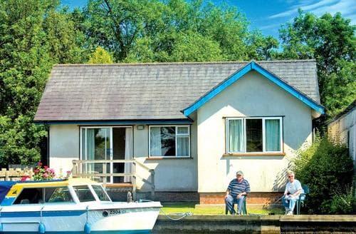 Last Minute Cottages - Wonderful Wroxham Lodge S109639