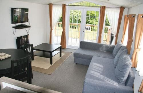 Last Minute Cottages - Beautiful Weston On Trent Lodge S139447