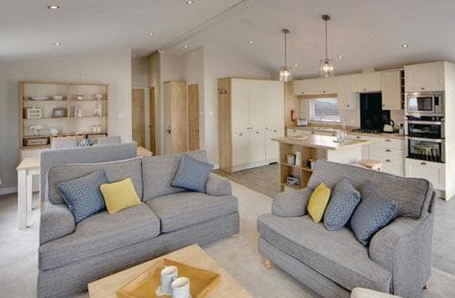 Last Minute Cottages - Beautiful Thorness Lodge S125643