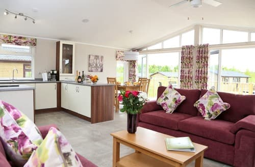 Last Minute Cottages - Inviting Overseal Lodge S113193
