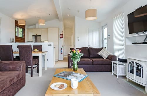 Last Minute Cottages - Attractive Mullion Cove Lodge S113266
