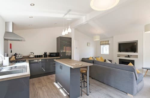 Last Minute Cottages - Beautiful Raywell Lodge S122390