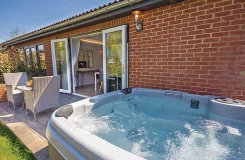 Last Minute Cottages - Quaint Rookley Village Lodge S108579