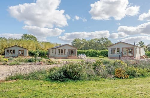 Last Minute Cottages - Delightful Three Holes Lodge S163750