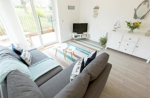 Last Minute Cottages - Gorgeous Penarth Lodge S165655