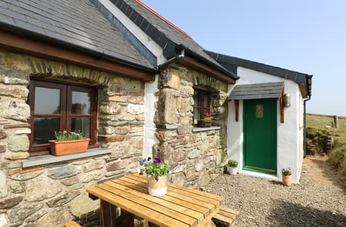 Last Minute Cottages - Ysgol Hill