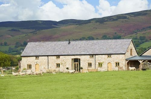 Last Minute Cottages - The Longbarn at Caerfallen, Ruthin