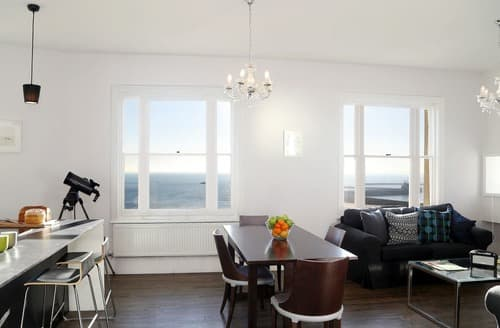 Last Minute Cottages - Sea View Apartment
