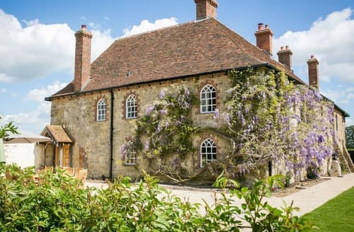 Last Minute Cottages - Battel Hall and Oast