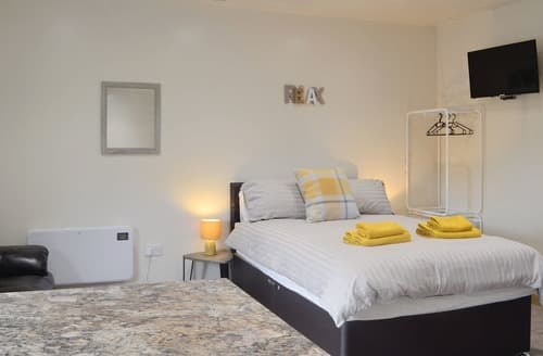 Last Minute Cottages - Wonderful Coelbren Apartment S169295