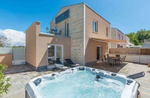 Last Minute Cottages - Holiday house Favola in Funtana 300m from the sea