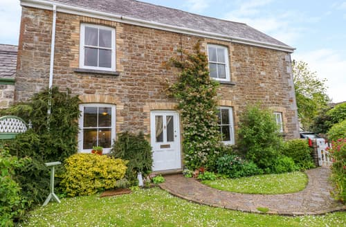 Last Minute Cottages - Castle School House