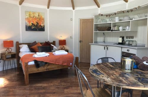 Last Minute Cottages - The Ember Room Roundhouse, East Thorne, Bude, Bude