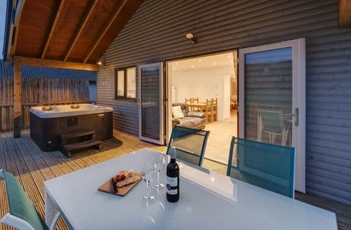 Last Minute Cottages - Woodpecker Lodge, Redlake Farm, Somerton, Somerton