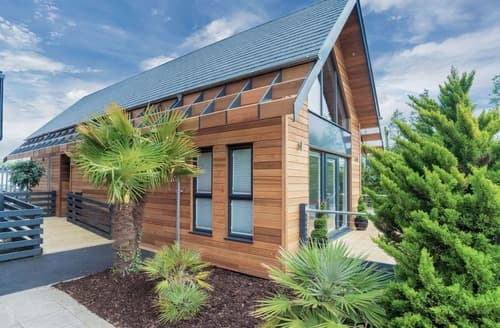 Last Minute Cottages - Deluxe Woodland Loft-Style Lodge