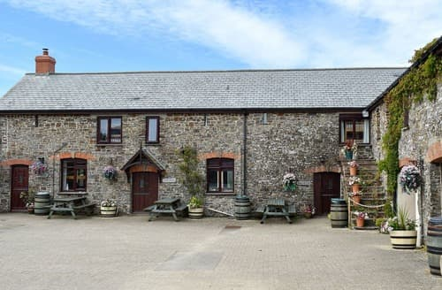Last Minute Cottages - Moles Burrow - UK12215