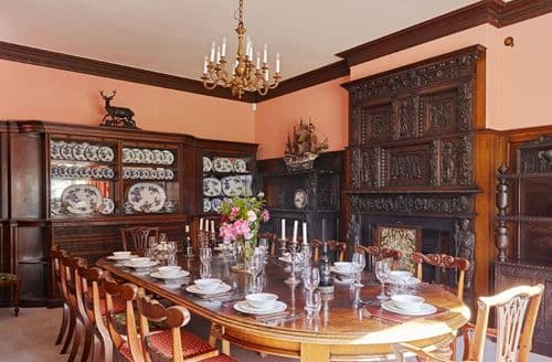 Last Minute Cottages - Sugnall Hall (14 Guests), Sugnall, Ecceshall